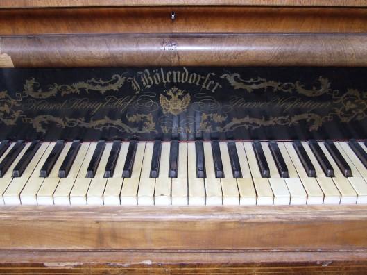 Liszt Ferenc pécsi zongorája, melyet ma a Leőwey Klára Gimnáziumban őriznek (fotó: Dezső Krisztina)