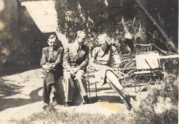 24. kép Várkonyi az egyetemi könyvtár kertjében Weöres Sándor és Blaskovich Hanna (majdani Bajcsa (Holler) Andrásné) társaságában