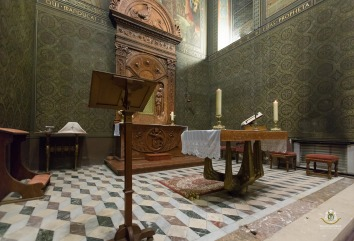 Klimo György püspök sírhelye a Corpus Christi-kápolna leckeolvasó oldalán